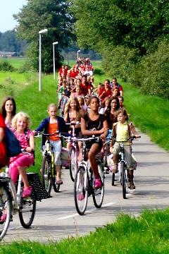 Stoet fietsende OJO-kinderen